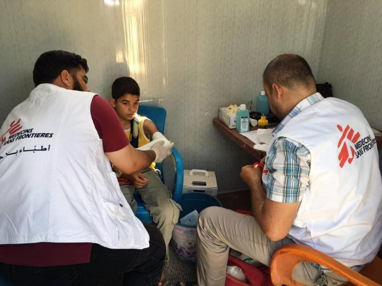 Un jeunegarçon en consultation dans une clinique mobile MSF, qui offre des soins de santé aux personnes déplacées à Idlib en Syrie.  © Mohammed Homidan/MSF