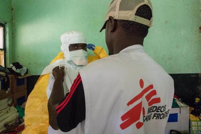 Des équipes MSF revêtent leur combinaison de protection dans le centre de traitement d'Ebola de Bikoro, dans la province de l'Equateur.  © MSF/Louise Annaud