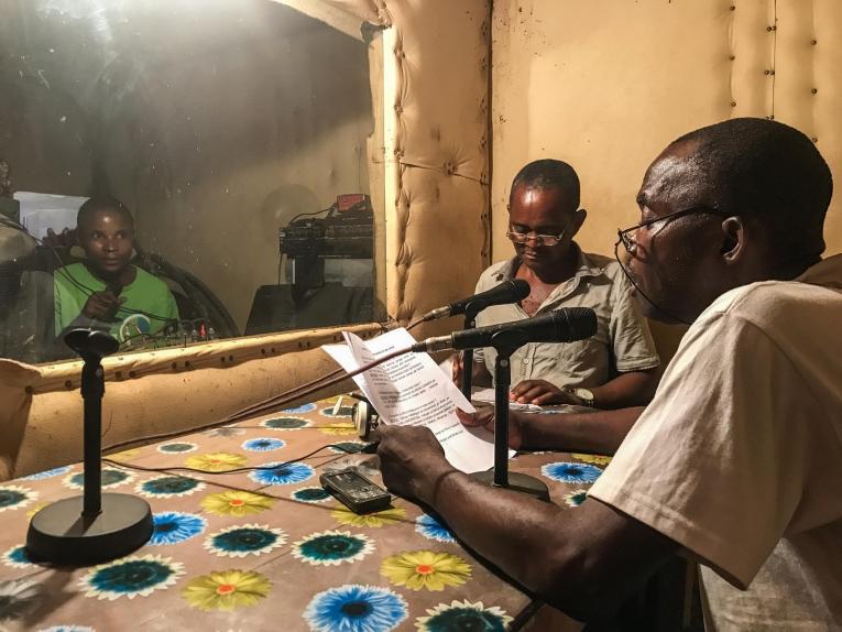 Diffusion de messages de sensibilisation à l'épidémie d'Ebola dans une émission de radio locale à Bikoro, dans la province de l'Equateur.  © MSF/Louise Annaud
