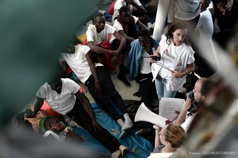 Les équipes de Médecins Sans Frontières apportent des soins aux personnes secourues en mer et présentes à bord de l'Aquarius.  © Kenny Karpov/SOS MEDITERRANEE