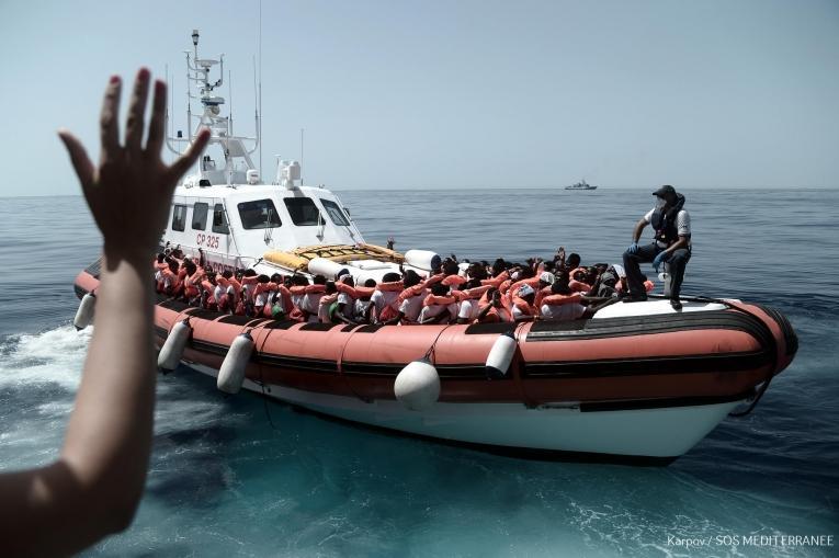 Opération de transfert de rescapés depuis l'Aquarius vers deux navires italiens.  © Kenny Karpov/SOS MEDITERRANEE