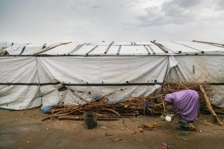 Une femme devant une tente du camp de transit de Pulka, au Nigeria.  © Igor G. Barbero/MSF
