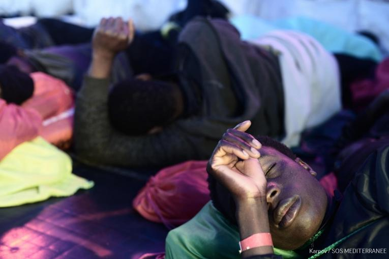 Des rescapés se reposent à bord de l'Aquarius, lors de son voyage jusqu'au port de Valence.  © Kenny Karpov/SOS MEDITERRANEE
