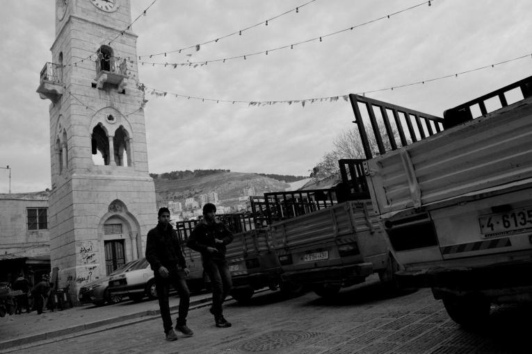 Deux jeunes hommes marchent dans la vieille ville de Naplouse. Palestine. 2014.  © Aurelie Baumel/MSF