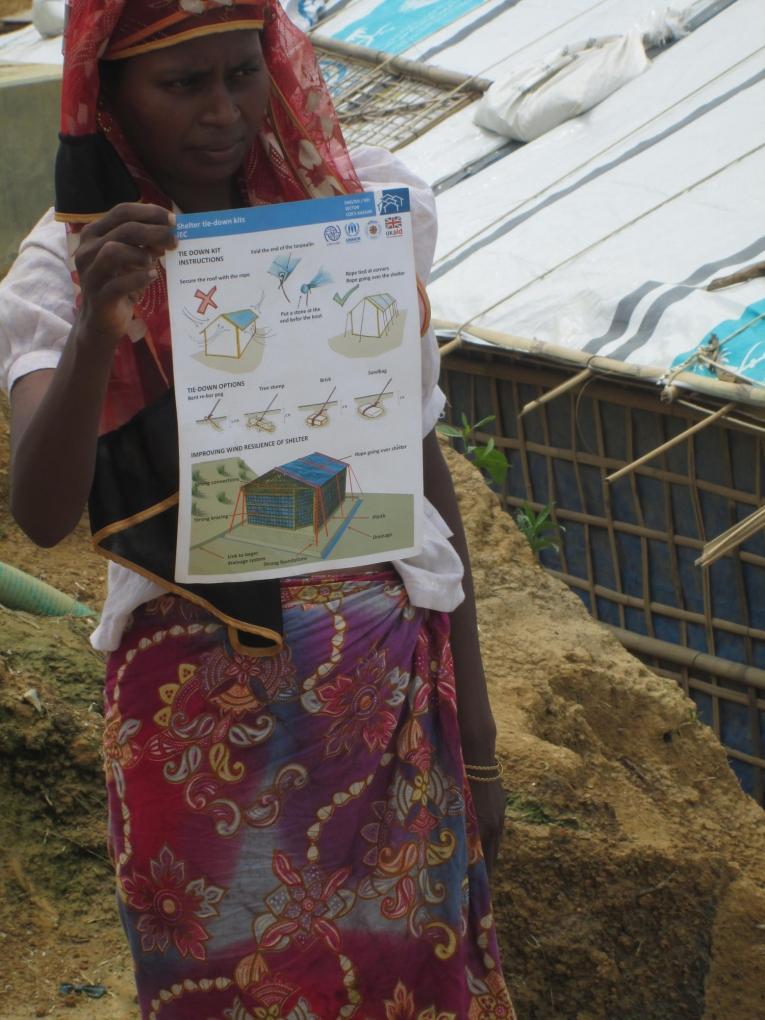 Pour construire leur abri, les Rohingyas reçoivent un kit de construction et des instructions. Bangladesh 2018.  © Brigitte Breuillac/MSF