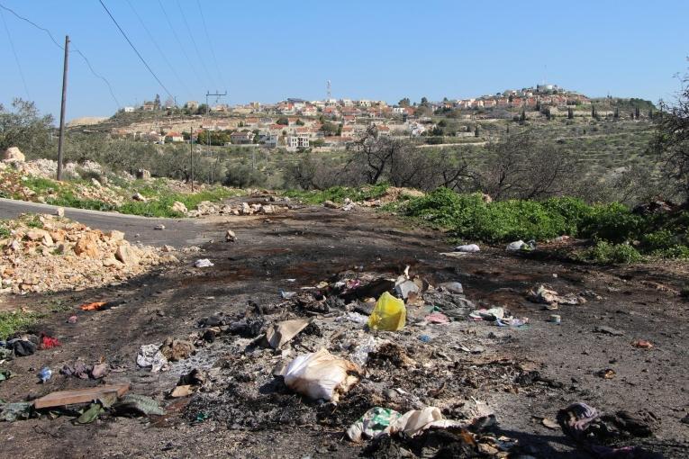 Une route interdite aux Palestiniens depuis l'installation d'une colonie israélienne àKofor Qadoom, visible en arrière-plan. Cette route permettrait de rejoindre Naplouse en 10 minutes. Ce trajet prend désormais 45 minutes. 2018.  © Laurie Bonnaud/MSF