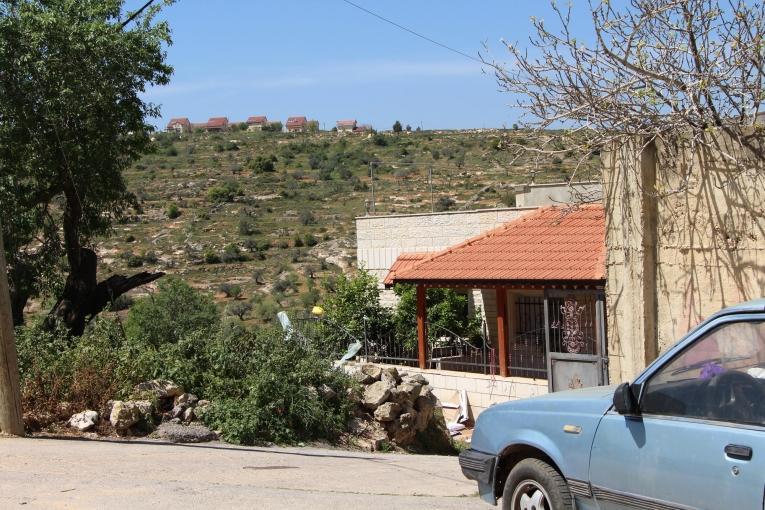 Le village de Qaryout est entouré de colonies israéliennes. Ici, une vue depuis la maison de Reema, qui fût suivie par les équipes de Médecins Sans Frontières après le décès de son fils, victime du tir d'un soldat israélien. 2018.  © Laurie Bonnaud/MSF