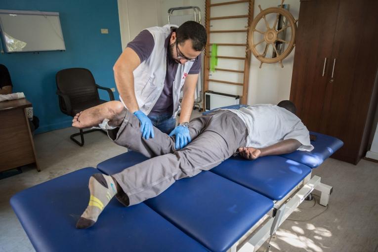 Un patientde la clinique de Maadi lors d'une séance de physiothérapie.Égypte. 2018.  © Sima Diab