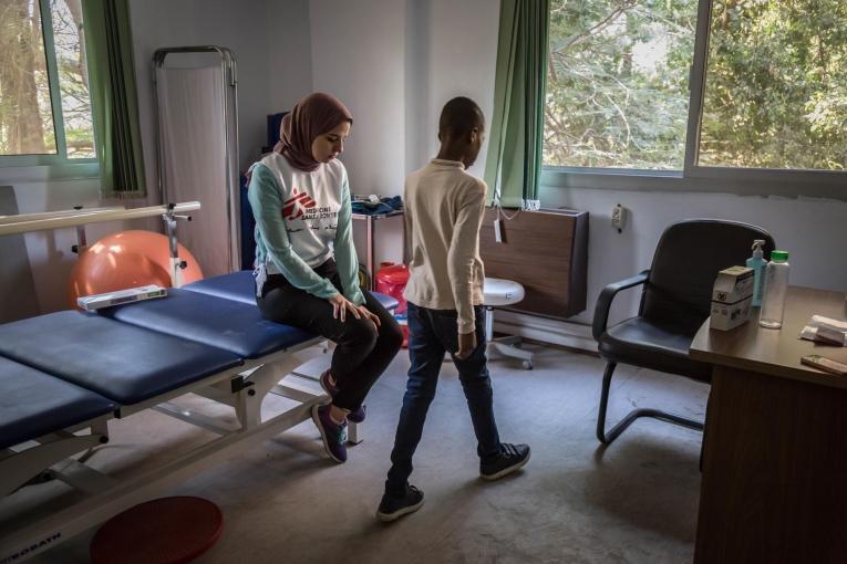 Une physiothérapeute MSF en séance avec un jeune patient de la clinique de Maadi.Égypte. 2018.  © Sima Diab