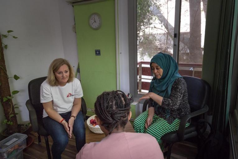 Une patiente de la clinique de Maadi en discussion avec un membre des équipes MSF et sa traductrice.Égypte. 2018.  © Sima Diab