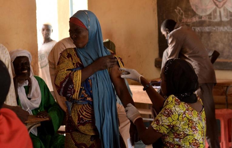 Une femme est vaccinée dans un site de vaccination établi par MSF et le ministère de la Santé.  © Elise Mertens/MSF