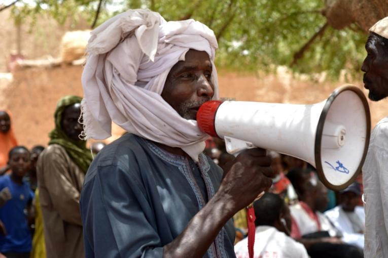 Un crieur public annonce le lancement de la campagne de vaccination aux habitants du village. Les activités depromotion de la santé sont fondamentales dans la mobilisation de la population et visent à assurer une meilleure couverture vaccinale.  © Elise Mertens/MSF