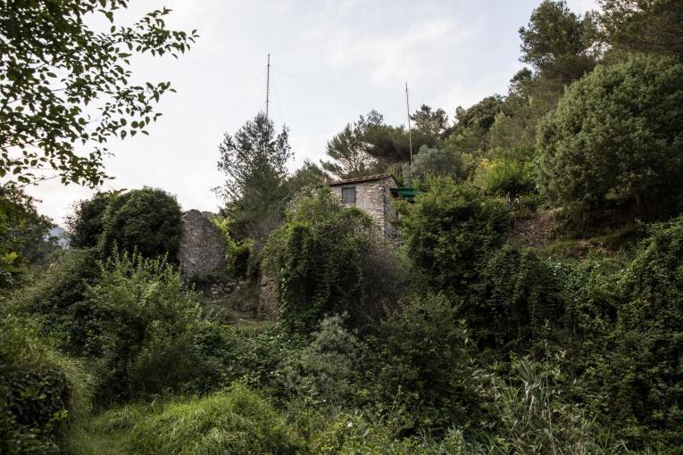 Route empruntée par les migrants de l'Italie vers la France par la montagne. Il y a de nombreuses maisons abandonnées sur cette route,mais aussi des maisonshabitées, comme celle-ci. Italie. 2018.  © MSF