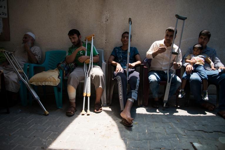 Des hommes attendent à la clinique MSF de Khan Younis. Bande de Gaza. 2018.  © Aurelie Baumel/MSF