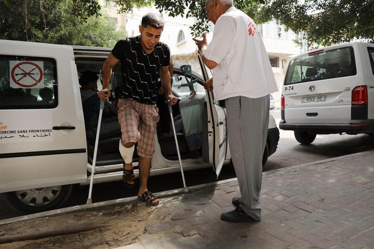 Un homme blessé par balle à la jambe durant une manifestation à la frontière se rend dans une clinique gérée par Médecins Sans Frontières. Bande de Gaza. 2018.  © Spencer Platt