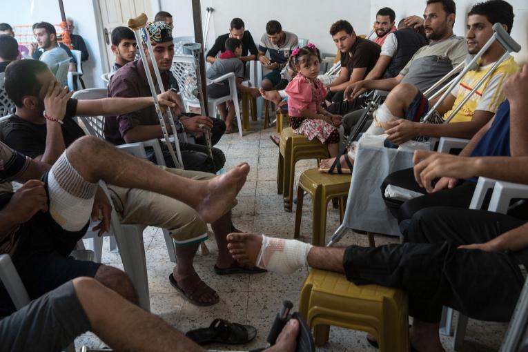 Des Palestiniens blessés par balle lors de manifestations attendent des soins post-opératoires dans une clinique de Médecins Sans Frontières. Bande de Gaza. 2018.  © Heidi Levine/Sipa Press