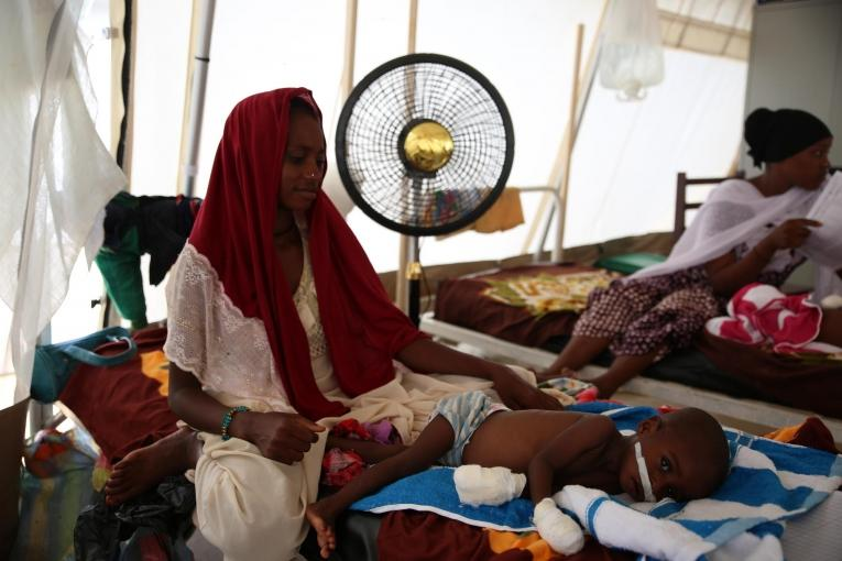 Fatima, 20 ans. Sa fille a été admise dans le centre nutritionnel thérapeutique de MSF. Tchad. 2018.  © Mohammad Ghannam/MSF