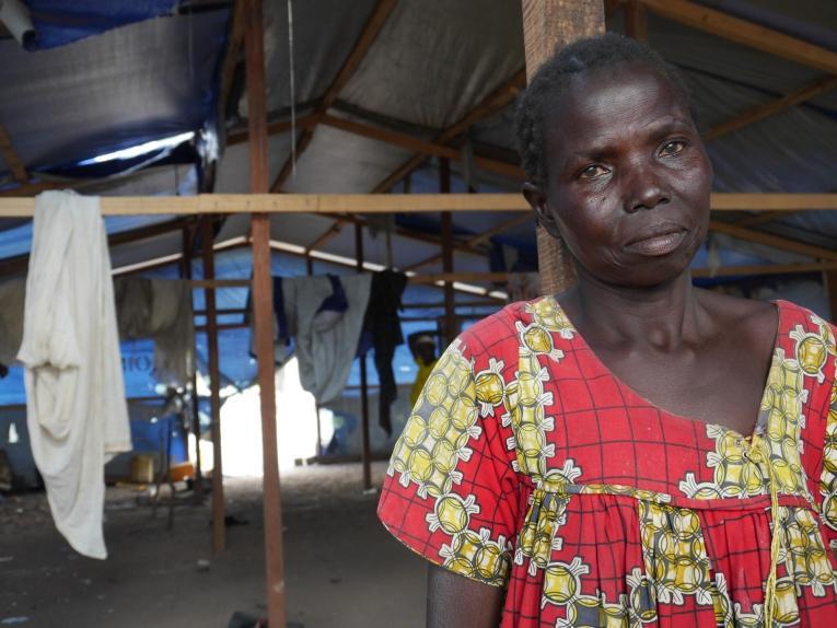 Élisabeth habite un abri collectif de Paoua avec ses quatre enfants, depuis qu'elle a fui son village. République centrafricaine. 2018. © MSF/Anaïs Deprade