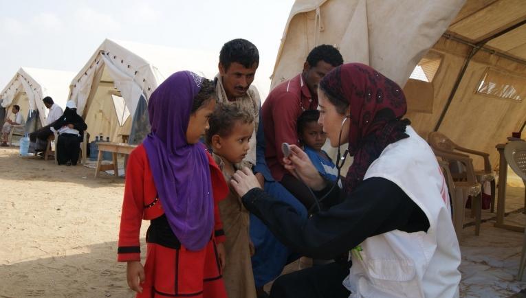 Une infirmière MSF en consultation lors d'une clinique mobile dans le district d'Abs. Yémen. 2017  © Gonzalo Martinez/MSF