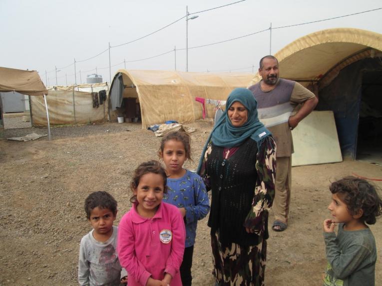 Ali Manahel et sa famille dans un camp de personnes déplacées. Ils ont fui la ville de Sinjar lorsque le groupeÉtat islamique a en pris le contrôle. Irak. 2018.  © Brigitte Breuillac/MSF