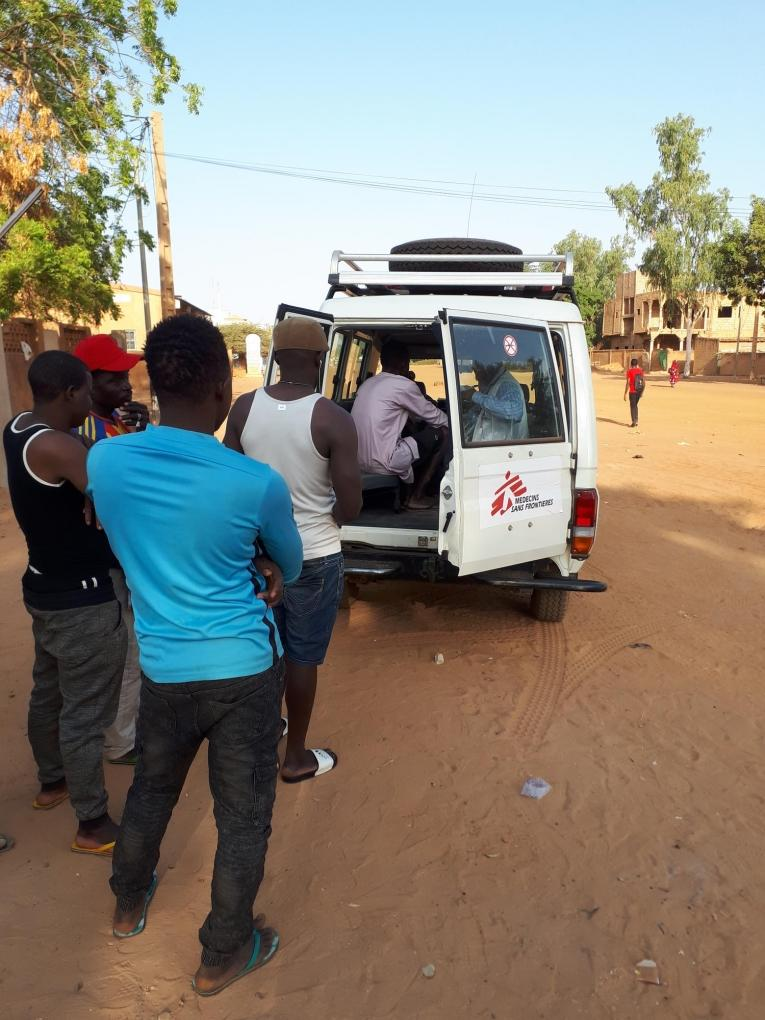 L'équipe médicale de MSF organise des cliniques mobiles régulières à Wadata. Ici, des migrants attendent leur consultation près d'un des sites de l'OIM, à Niamey. Décembre 2018  © Anna Fliflet/MSF