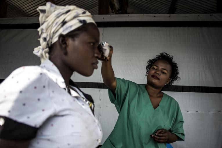 Une infirmière prend la température d'une patiente dans le centre d'isolement Ebola de Bunia géré par MSF. Novembre 2018. République démocratique du Congo.  © John Wessels