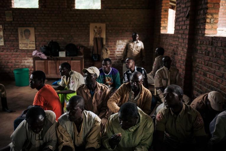 Des Congolais visionnent un film de sensibilisation sur le virus Ebola. Novembre 2018. République démocratique du Congo.  © Alexis Huguet