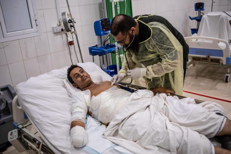 Youssef a 18 ans. Il a été blessé par l'explosion d'une mine alors qu'il conduisait sa voiture. Il a été transféré à l'hôpital de Mocha où les équipes MSF ont dû procédé à une amputation de son avant-bras droit. Il a ensuite été transféré à Aden pour qu'on lui retire les schrapnels logés dansson abdomen. Décembre 2018. Yémen.    © Agnes Varraine-Leca/MSF