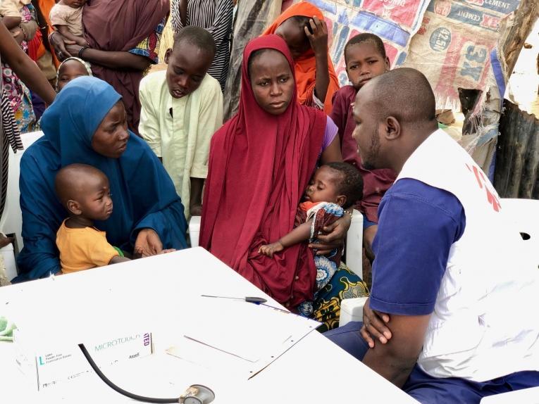 En janvier 2019, les équipes de Médecins Sans Frontières sont intervenues auprès des personnes déplacées nouvellement arrivées à Maiduguri. MSF a fourni une aide médicale, distribuédes couvertures et des produits d'hygiène et construit des latrines.Ces personnes ont fui le conflit dans le nord de l'État deBorno. Nigeria. 2019.  © Junaid Khan/MSF
