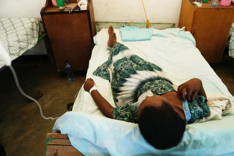 Workey est allongée sur un lit de la clinique MSF d'Abdurafi. Elle reçoit un traitement contre l'envenimation dont elle est victime. 2018. Éthiopie.  © Susanne Doettling/MSF
