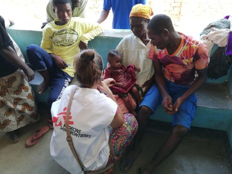 Une docteure MSF ausculte un enfant dans l'hôpital général de la ville de Mukanga. République démocratique du Congo. 2019.  © Bérengère Guais/MSF