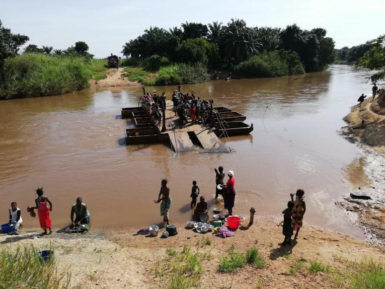 Les obstacles naturels sont nombreux dans la région d'intervention des équipes de Médecins Sans Frontières. Cette rivière ne peut être franchie qu'à l'aide d'un bac. République démocratique du Congo. 2019.  © Bérengère Guais/MSF