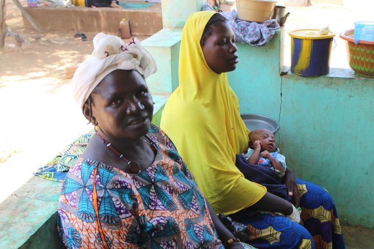 Adama et sa fille Mariam. 2018. Mali.  © Pape Cire Kane/MSF