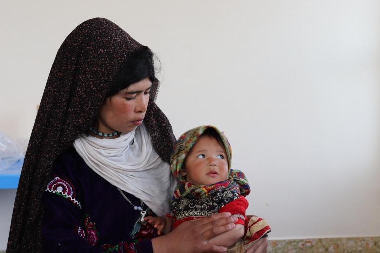 Khadija a 20 ans. Elle s'est rendue dans la clinique MSF d'Hérat car sa fille de deux ans souffre de diarrhée sévère. 2019. Afghanistan.  © Adhmadullah Safi/MSF