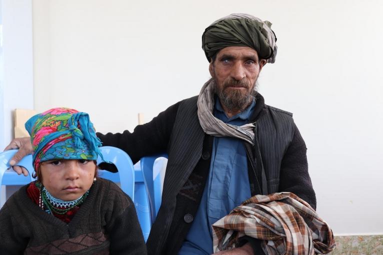 Agha Muhammad et sa fille Bibi Hawa, qui souffre potentiellement d'une pneumonie. 2019. Afghanistan.  © Adhmadullah Safi/MSF