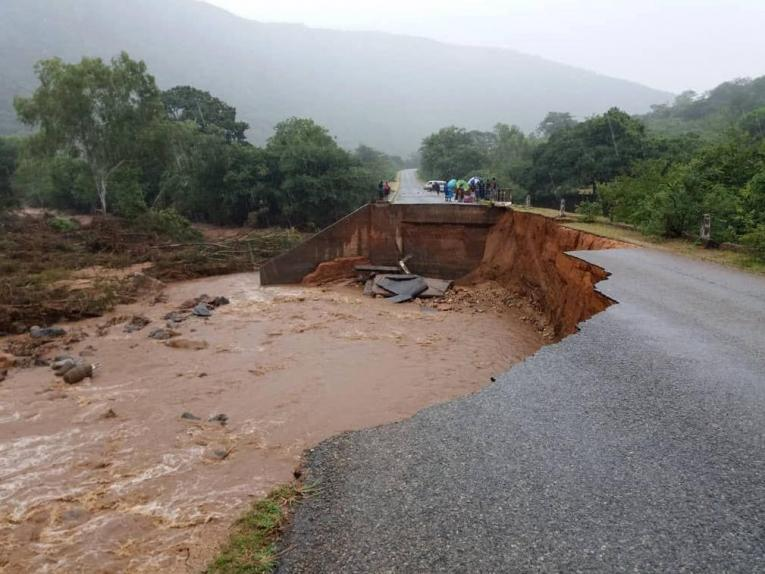 Au Zimbabwe, la destruction des infrastructures routières rend difficile l'accès à Chimanimani, que le cyclone a atteint le vendredi 15 mars.  © MSF