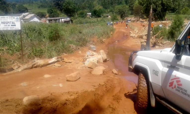 Une équipe MSF a finalement réussi à atteindre Chimanimani alors que toutes les routes pour y accéder étaient endommagées par les inondations et les chutes de pierre. Zimbabwe, Mars 2019.  © MSF