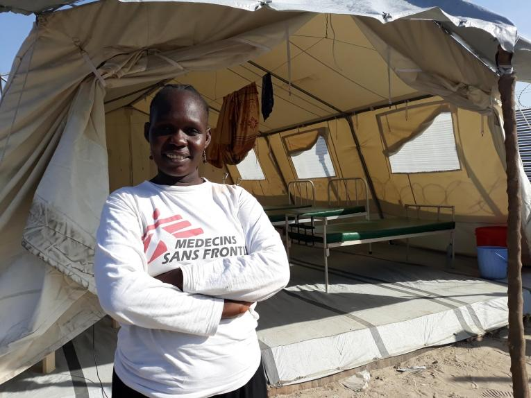 Beatrice Akongo, sage-femme de MSF, se tient devant le pavillon de maternité de la ville de Leer.  © MSF/Sarah Pierre