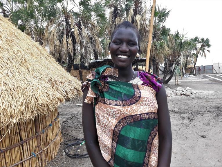 Nyamuch, 18 ans. Nyamuch est enceinte de six mois de son premier enfant. Avec d'autres femmes de sa communauté, elle s'est rendue à Leer pour bénéficier de soins prénatals.  © MSF/Sarah Pierre