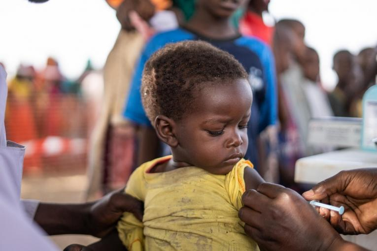 Youssouf Nahamat, 4 ans, est arrivétôt le matin sur le site de vaccination de MSF à Ryad II, accompagnée de sa sœur aînée. Il a déjà reçu le vaccin contre la polio il y a quelques mois et aujourd'hui, il a reçu son vaccin contre la rougeole, dans le cadre de la campagne de vaccination contre la rougeole menée par MSF au Tchad.  © Juan Haro