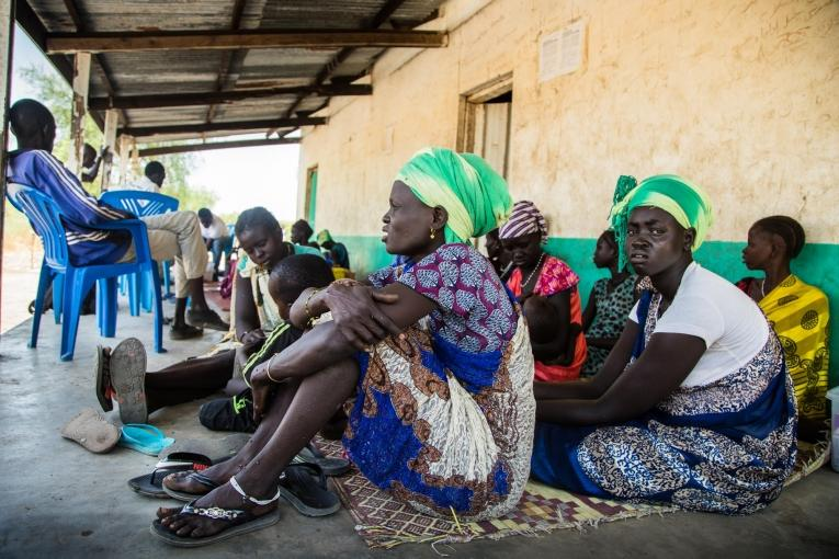 Des femmes attendent qu'on vérifie l'état de santé de leurs enfants à proximitéd'une clinique mobile gérée par MSF dans le village de Ying, dans le nord-est du Soudan du Sud.  © Igor G. Barbero/MSF