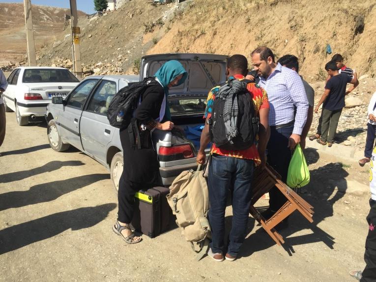 Les équipes MSF chargent un taxi pour se rendre dans des villages isolés. 2019. Iran.  © Sacha Petiot-Smigieski/MSF