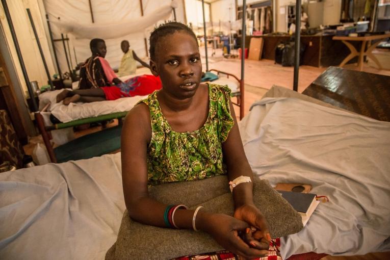Martha est âgée de 27 ans et elle vit sur le site de protection des civils de Malakal, dans le nord-est du Soudan du Sud. Elle habitait dans la ville de Malakal mais elle a rejoint le site de protection des civils en 2014 à cause du conflit. Elle a été admise dans l'hôpital de MSF avec une pneumonie. 2019. Soudan du Sud.  © MSF/Igor Barbero