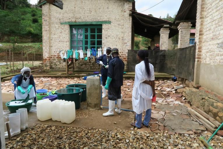 Des hygiénistes MSF travaillent à la désinfection de matériel médical. 2019. République démocratique du Congo.    © Caroline Frechard/MSF