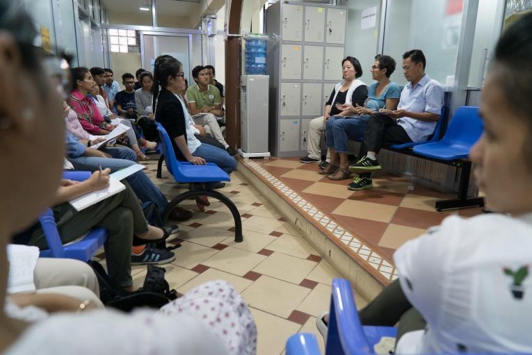 Lydia Rebiha, superviseusedes soins infirmiers, prend la parole lors d'une réunion degroupe à la clinique MSF de l'hôpital Preah Kossamak de Phnom Penh, au Cambodge, le 21 avril 2017.  © Todd Brown