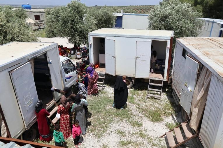 Des enfants et des femmes récemment déplacés par le conflit dans le nord-ouest de la Syrie viennent consulter les cliniques mobiles de MSF.  © MSF