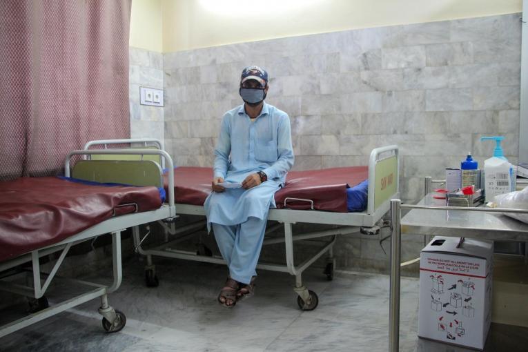Shahbaz attend de recevoir sa première injection contre la leishmaniose cutanée dans le centre de traitementMSF de l'hôpitalNaseerullah Babar Khan, à Peshawar. 2019. Pakistan.  © Nasir Ghafoor/MSF