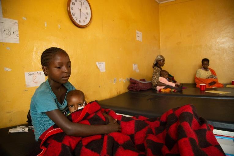 Dans le centre de santéde Banko Gotiti (zone de Gedeo)soutenu par MSF, une jeune mère s'occupe de son bébé, atteint de malnutrition.  © Igor Barbero/MSF