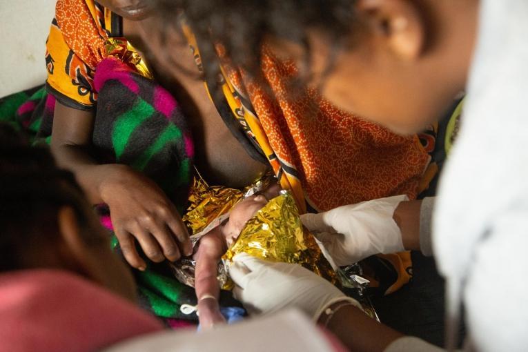Un médecin MSF ausculte un nouveau-né dans le centre de santéde Banko Gotiti, dans la zone de Gedeo.  © Igor Barbero/MSF