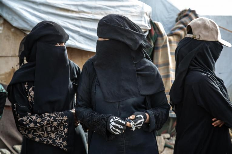 Des femmes discutent entre elles dans le camp de Dahadh, près de la ville de Khamer au Yémen.  © Agnes Varraine-Leca/MSF